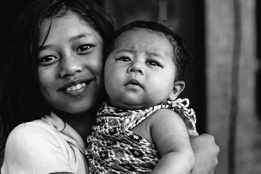 赤ん坊を抱える女の子
