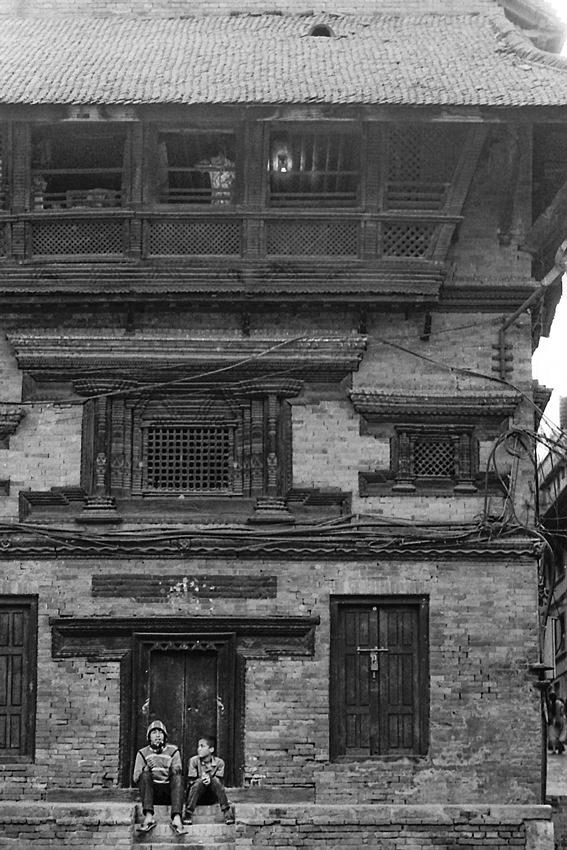 昔ながらの建物の前の男と男の子