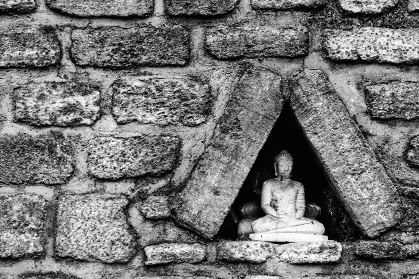 三角形の中の仏像
