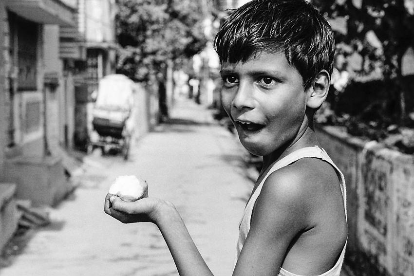 マンゴーを食べていた男の子