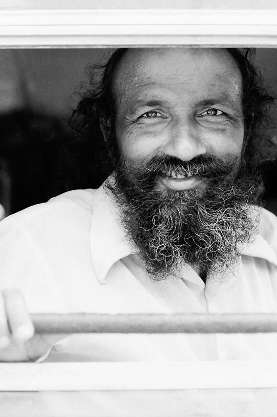 笑う髭モジャの男