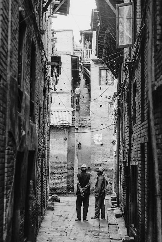 Two men between buildings