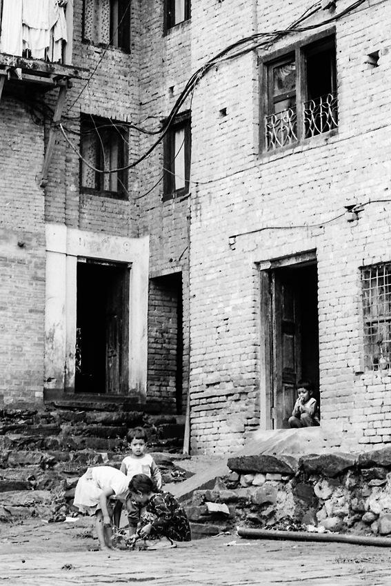 石畳の道で遊ぶ子供たち
