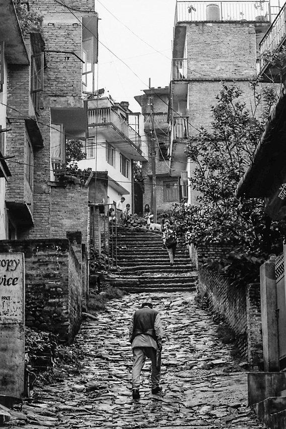 坂道を登り始める男