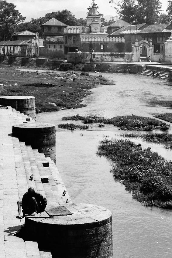 バグマティ川の川辺にあった人影