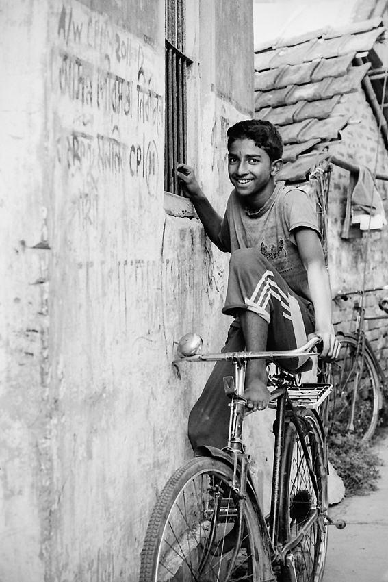 自転車に跨ったままの若者