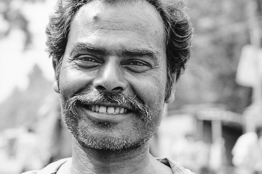 モジャモジャの口髭の男の笑み