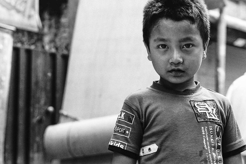 ぢっと見詰めるチベット族の男の子