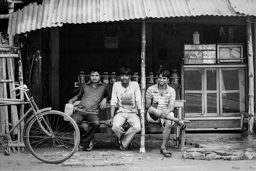 喫茶店のベンチで寛ぐ男たち