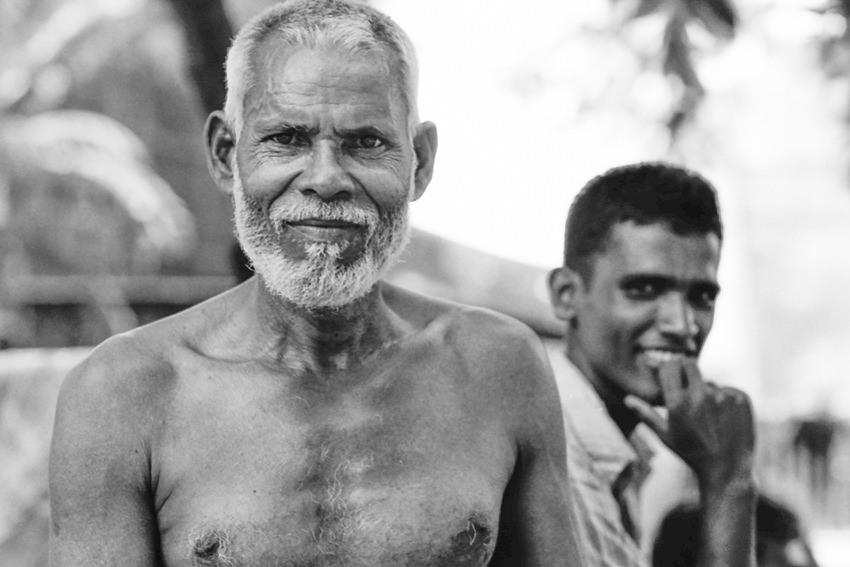 得意げな顔の年配の男