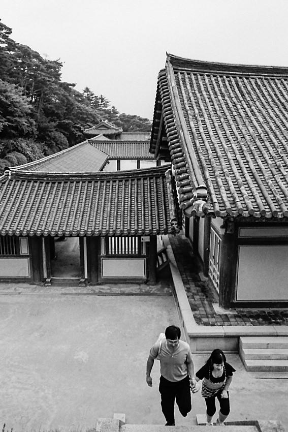 仏国寺の階段を上るカップル