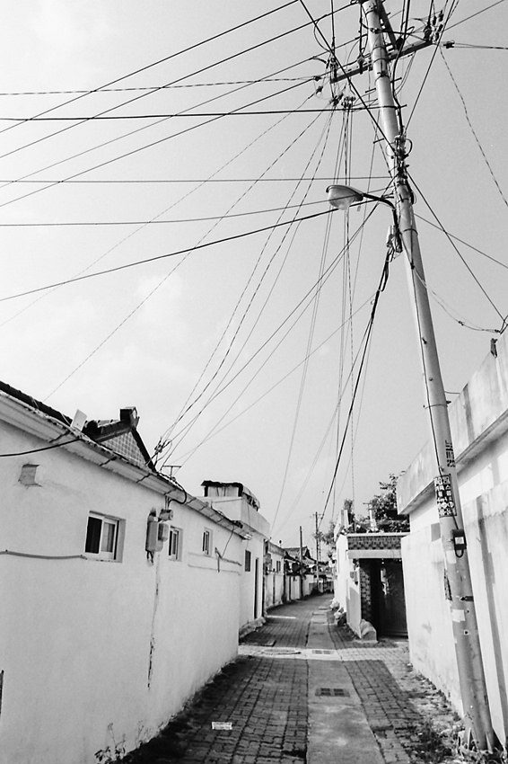 路地の上を走る電線