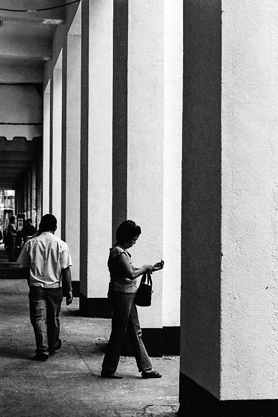 通路の歩く女性のシルエット