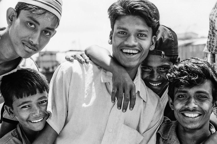 群がった若者の笑顔