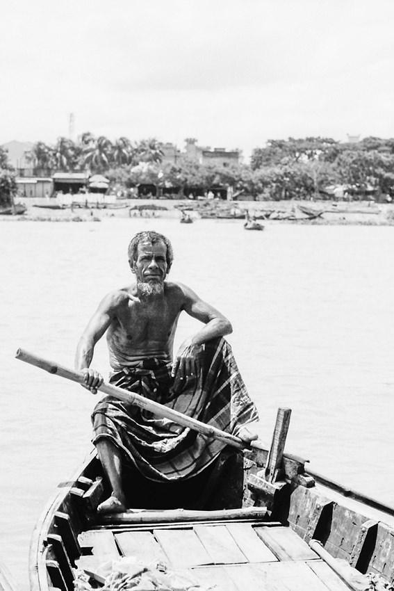 竹の棹を手にした漕手