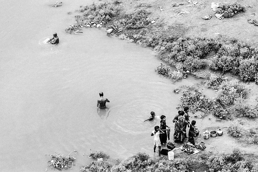 マハナンダ川の入江に立つ人々