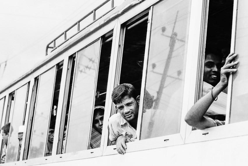 バスの窓から顔を出す男