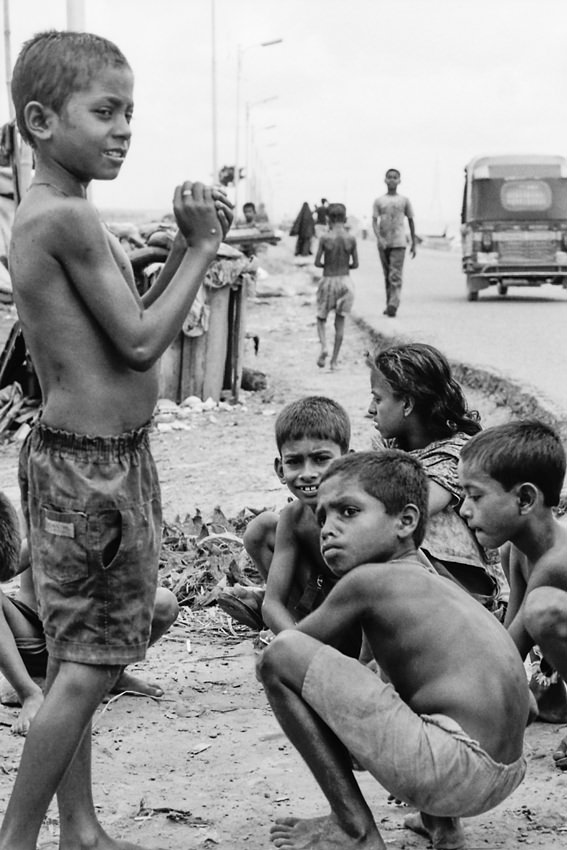 道端で遊ぶ子どもたち