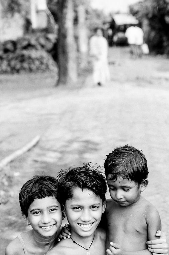 ぴったりと寄り添う三人の子どもたち