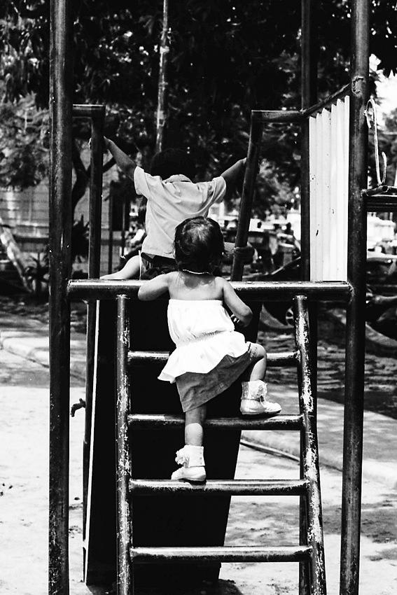 滑り台を登る赤ちゃん