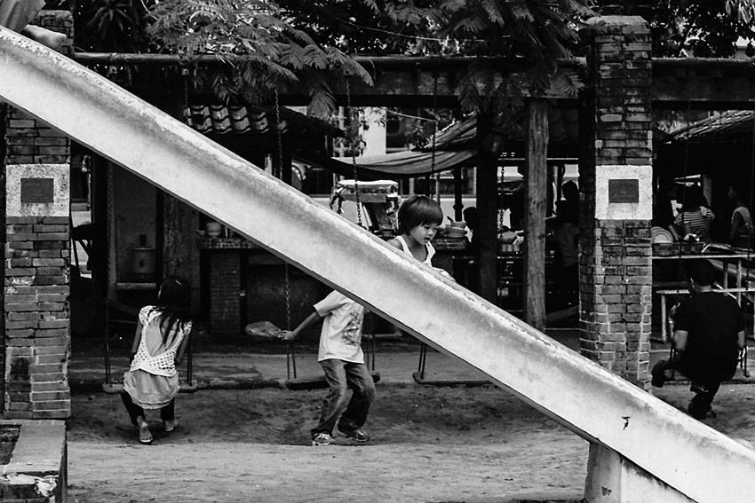 滑り台を滑る女の子