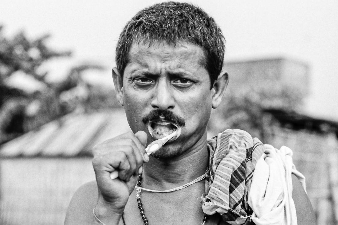 歯を磨く男
