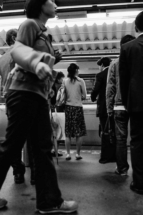 電車を待つ人びと