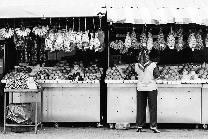 果物屋で働く女