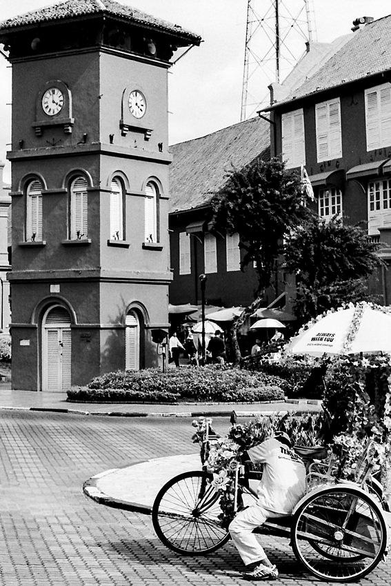 オランダ広場に立つ時計塔