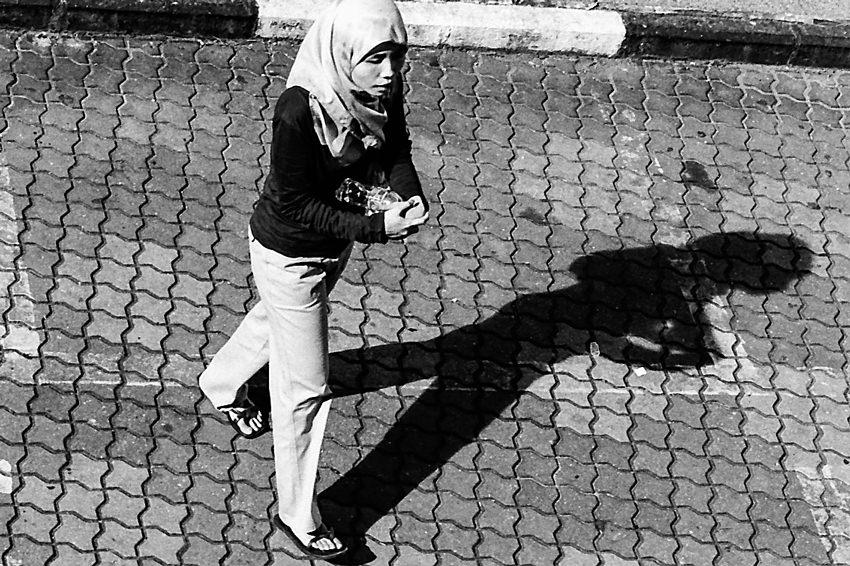 ヒジャブを被った女の影