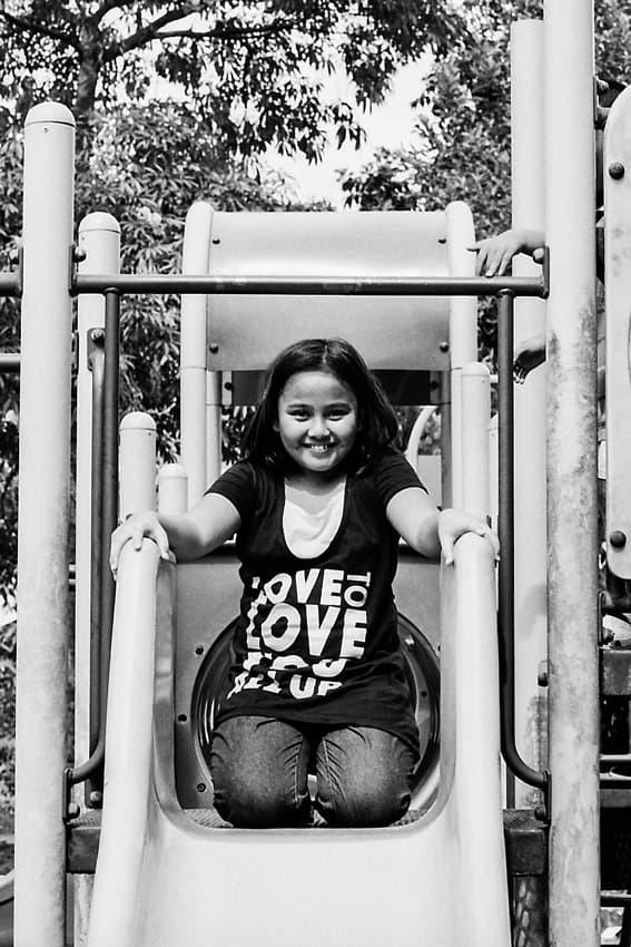 滑り台の上で微笑む女の子