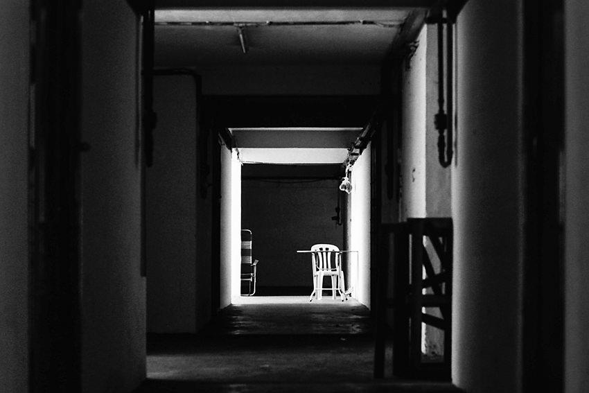 誰もいない通路の椅子