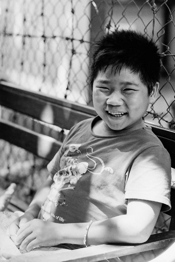朗らかに笑う男の子