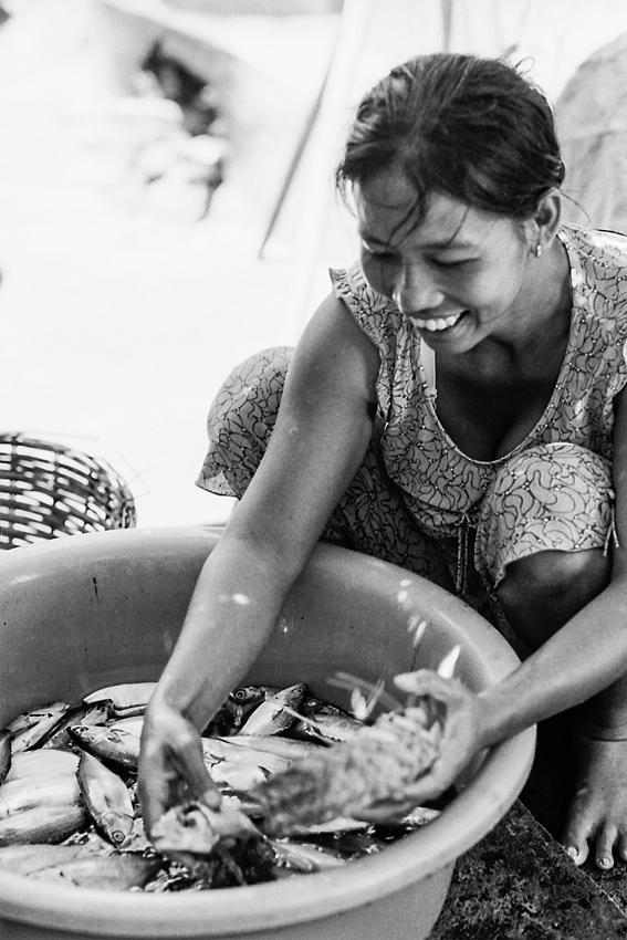 魚を選ぶ女