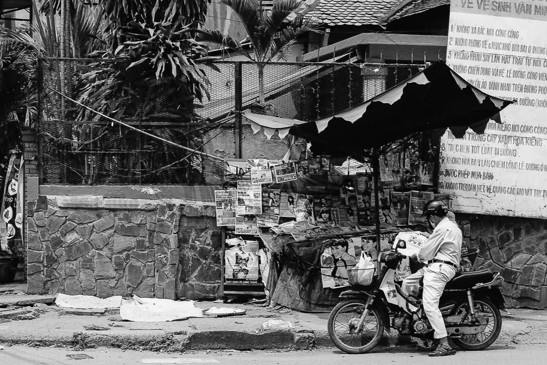 キオスクの前のバイク