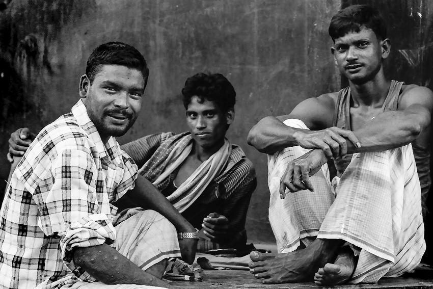 休憩中の三人の労働者
