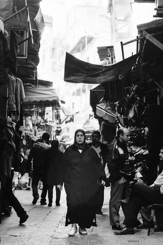 黒いヒジャブを纏った女