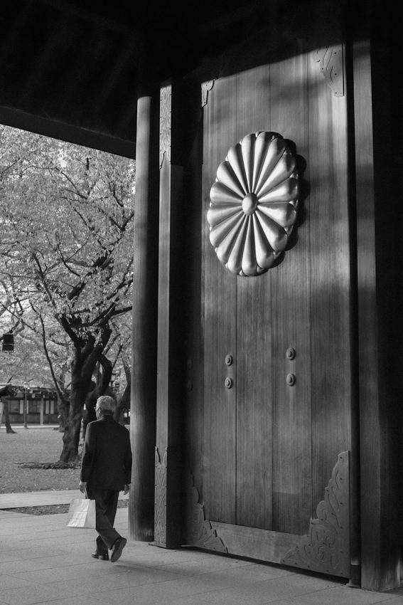 菊の紋章の付いた靖国神社の扉
