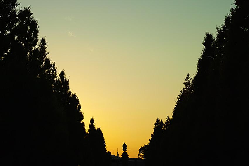 夕焼けの中に浮かぶ大村益次郎像のシルエット