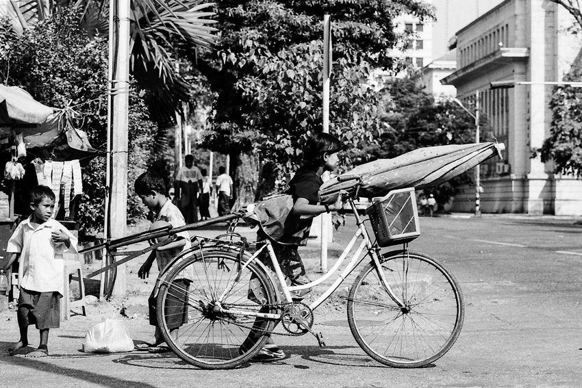 自転車を押す女