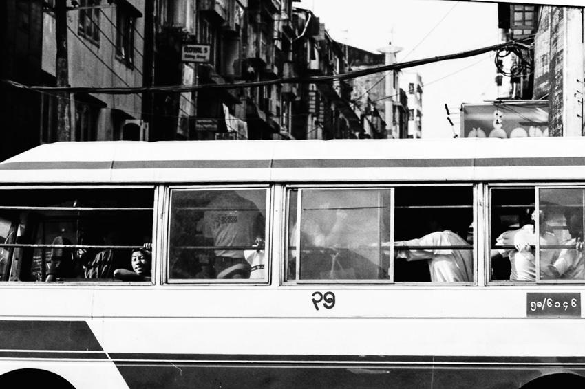 ヤンゴンを走る路線バスの窓
