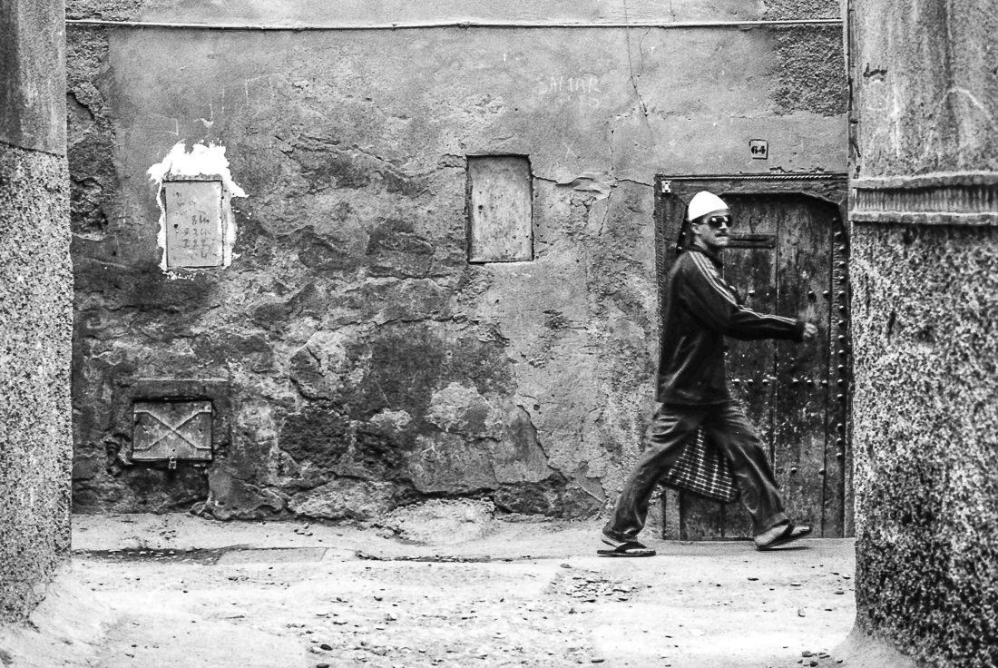 急ぎ足で歩く男