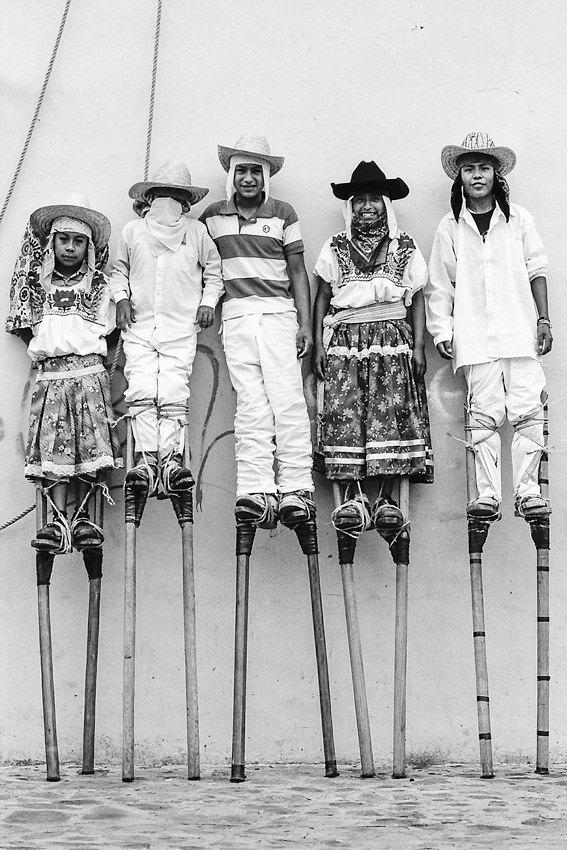 竹馬に乗った男の子たち