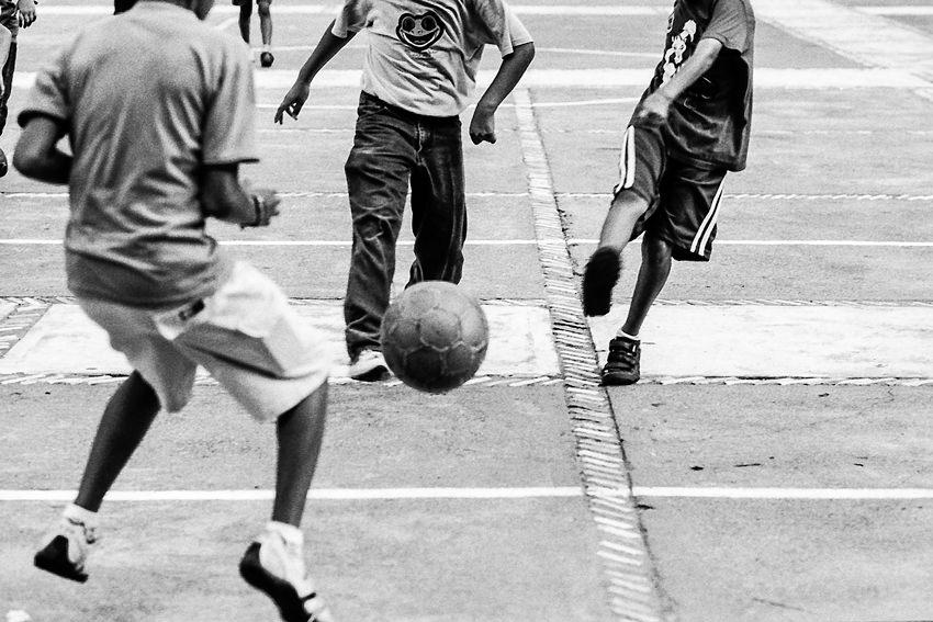 男の子に蹴られたボール