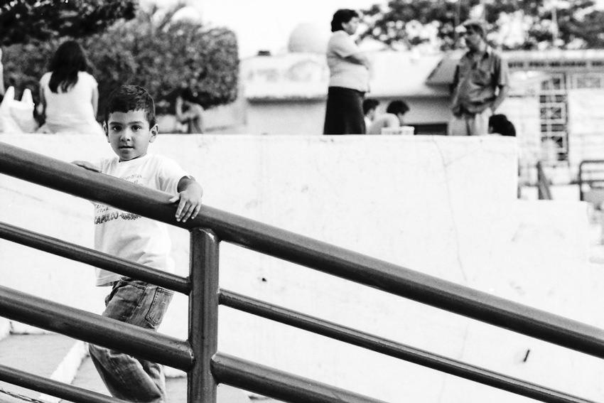 階段の上で見据える男の子