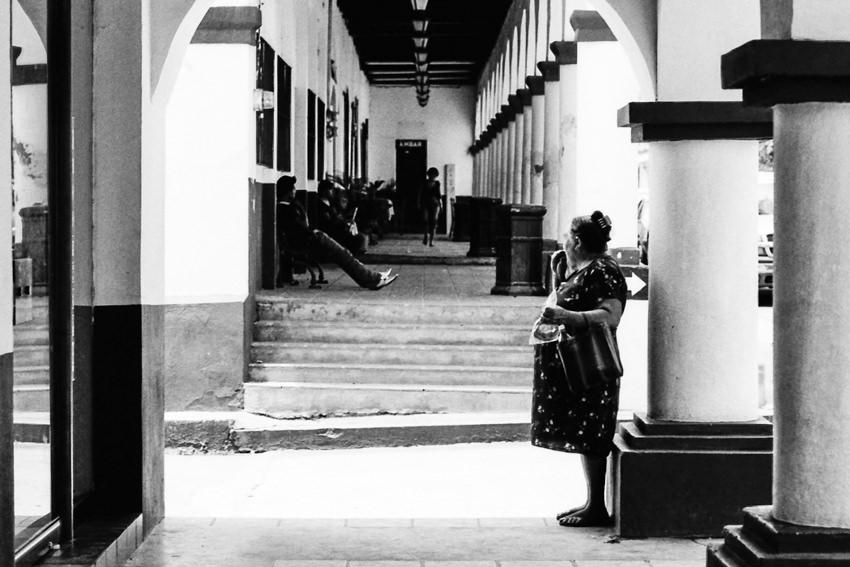 柱の横に立つぽっちゃりとした女