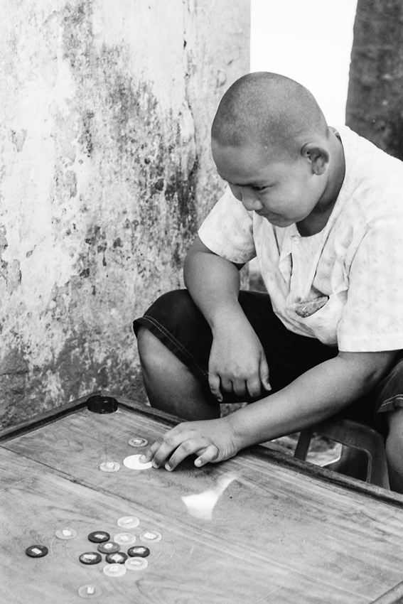 ボードゲームをする青年