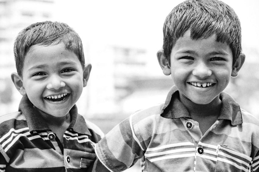 笑う二人の男の子