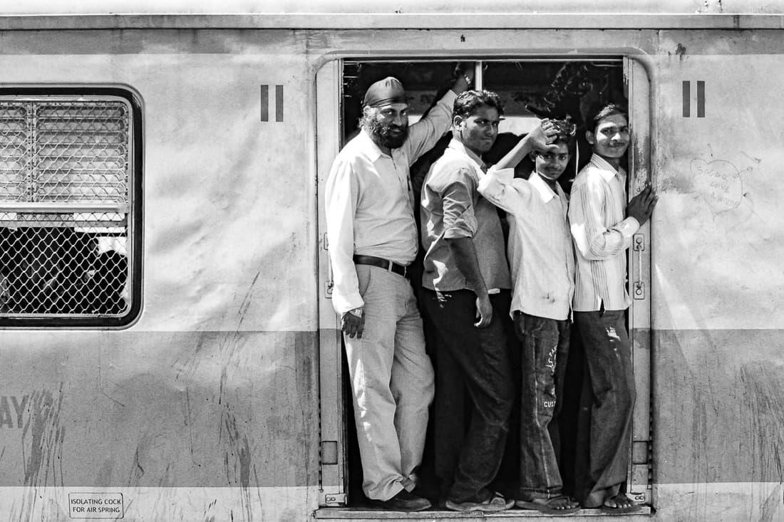 チャトラパティ・シヴァージー・ターミナス駅に入ってきた列車の乗客