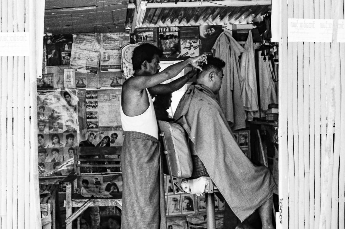 散髪する床屋